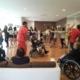"""Actividad de baile dentro del programa intergeneracional """"Vivencias"""". Niños y mayores se divierten."""