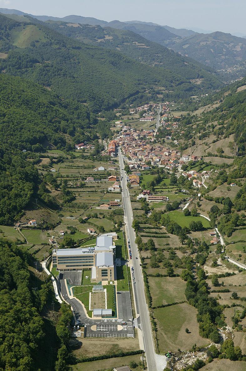 Vista aérea general con las montañas de fondo y la Residencia Spa de Felechosa