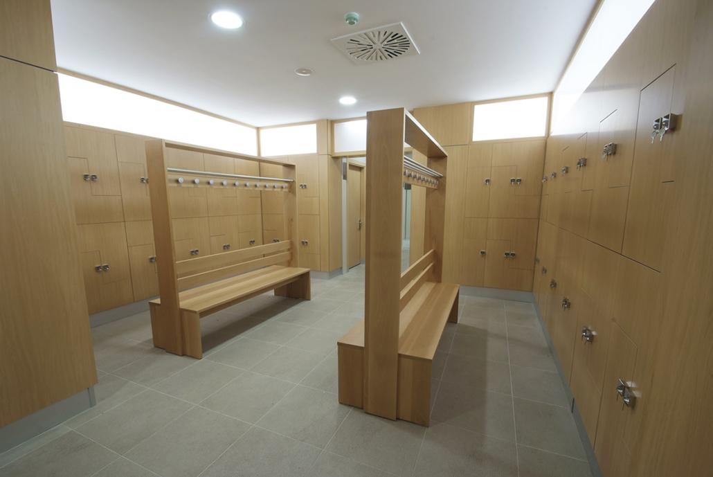 Vestuarios del centro hidroterapéutico - spa de Felechosa. Mobiliario de madera.