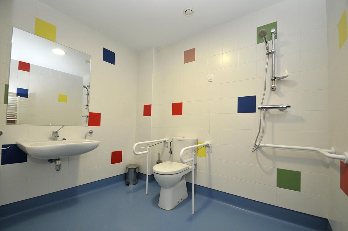 Baño adaptado en las habitaciones de la Residencia Spa de Felechosa