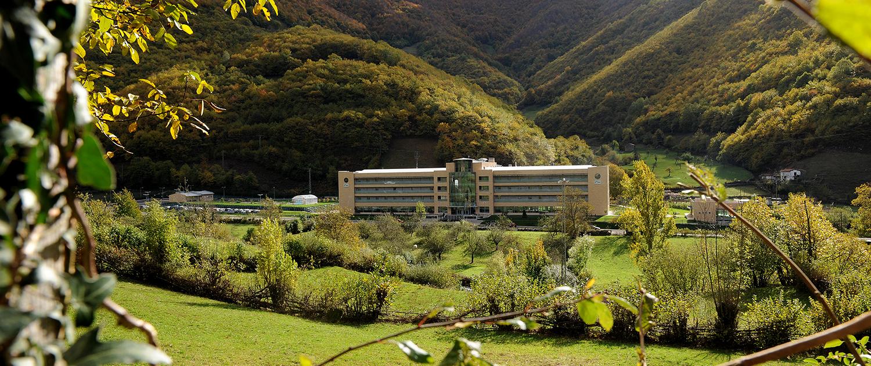 Vista exterior de la Residencia Spa de Felechosa con todo el paisaje verde a su alrededor