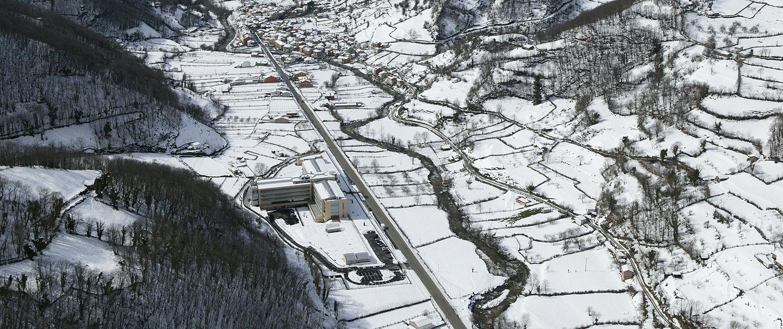 Vista aérea general con nieve de la Residencia Spa de Felechosa