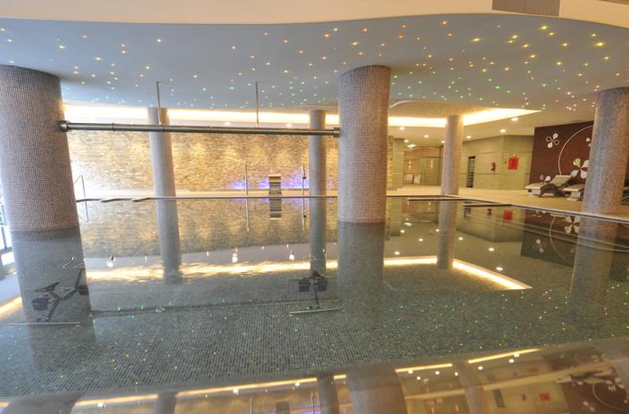 Piscina dinámica iluminada del spa de la Residencia Spa de Felechosa